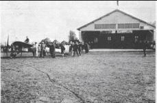 Hangar destiné aux manifestations aériennes, construit par Roger Morin.